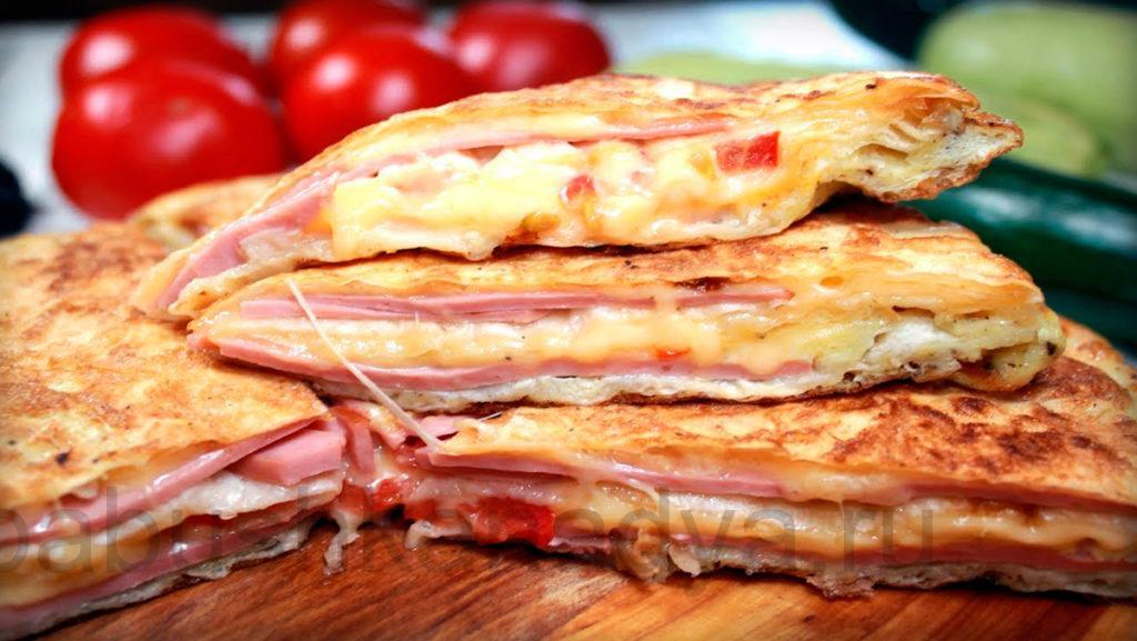 Лаваш с сыром, ветчиной, помидорами и яйцом