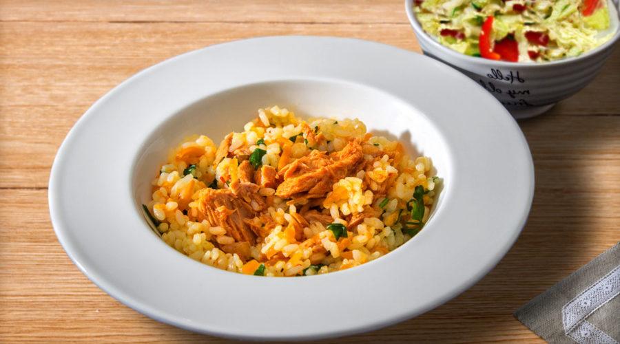 Рис с консервированным тунцом и морковью
